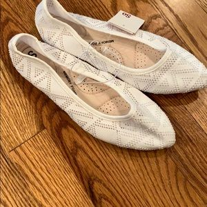 SO Shoes - NWT - White flats. Memory foam sole. Size 7